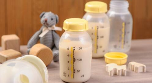هل يجوز خلط حليب الأم والحليب الصناعي