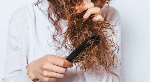 سبب تجعد الشعر الناعم