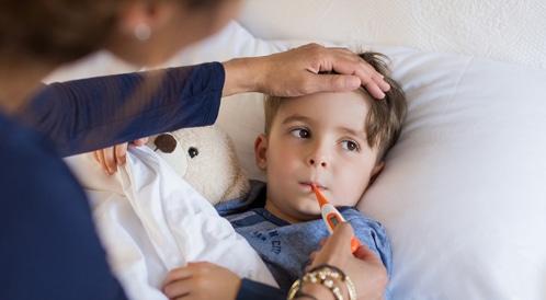 ما هو الصح والخطأ في خفض حرارة الطفل؟