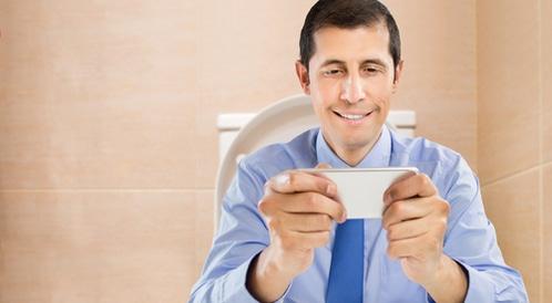 إدخال الهاتف إلى المرحاض