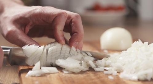 تقطيع البصل ومضغ العلكة
