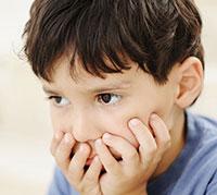 ولد يعاني من مرض التوحد