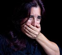 امراة تعاني من الغثيان والقيء
