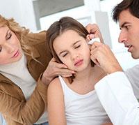 طفلة تعاني من الام الاذن