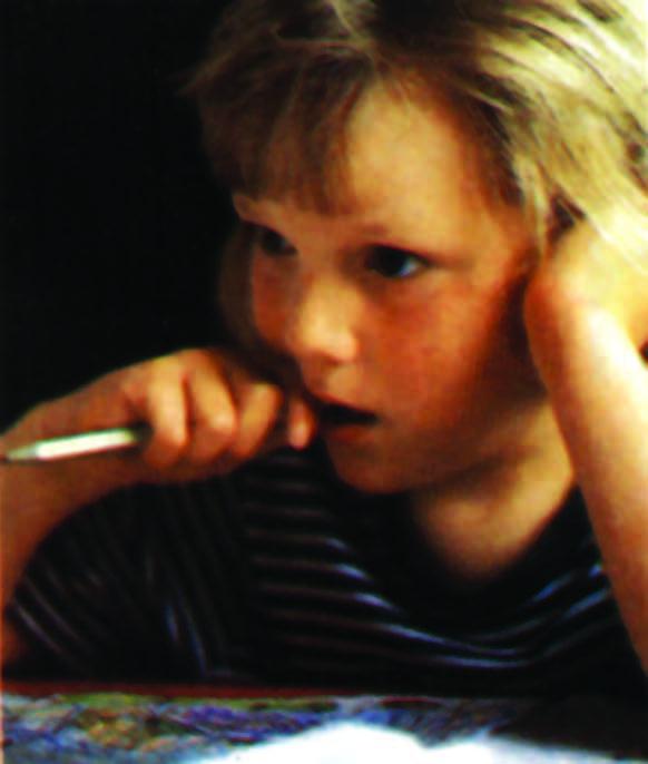وضع القلم في الفم ووضع اليد تحت الفك أثناء الدراسة  من العادات الضاغطة غير الطبيعية