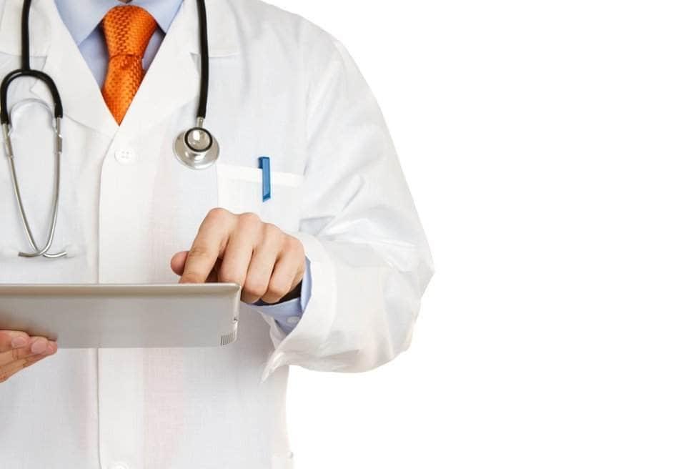 طبيب يحمل أوراق