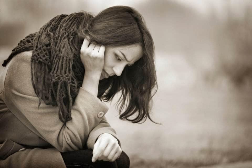 امرأة حزينة