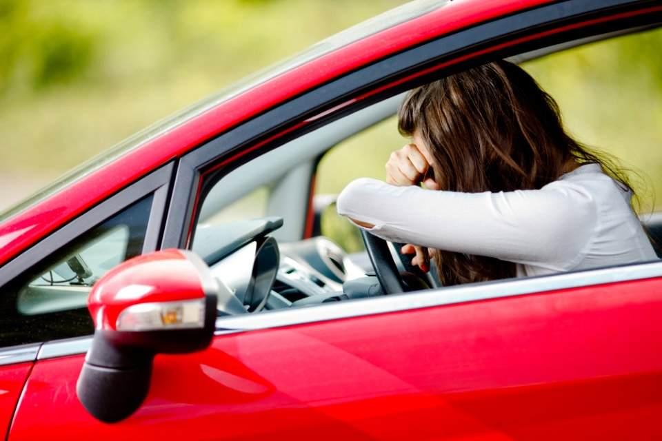 امرأة متعبة في السيارة
