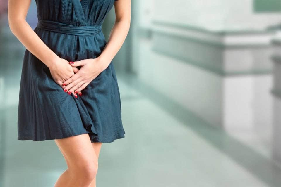 صورة مرأة تضع يديها على المناطق الحساسة