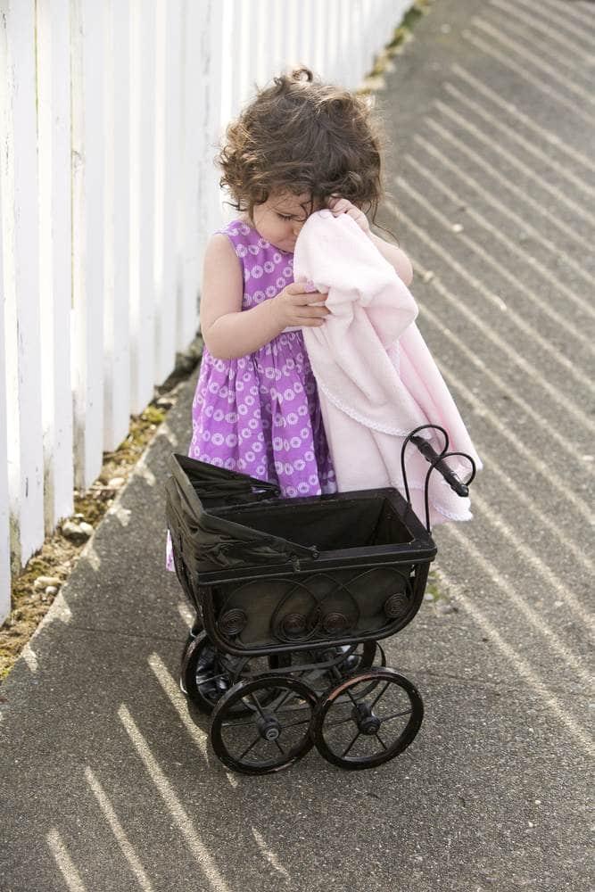 طفلة مع لعبتها