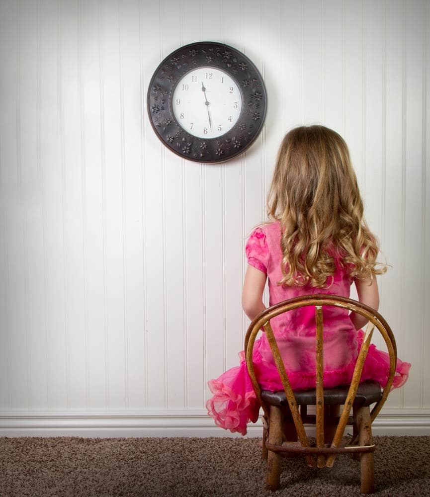 طفلة تنتظر