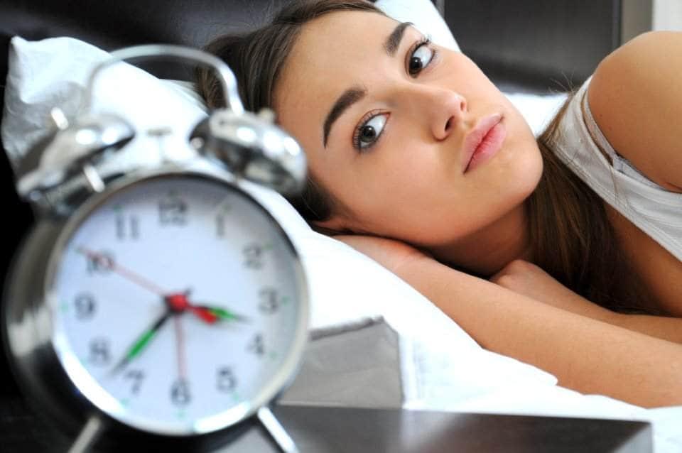 فتاة تنظر إلى الساعة
