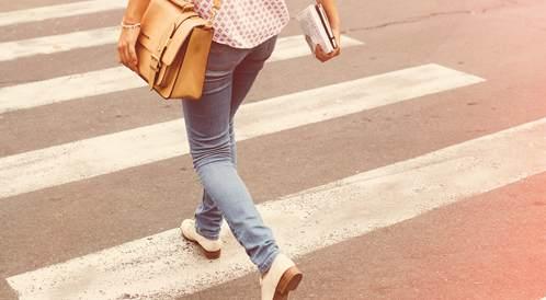 فتاة تمشي