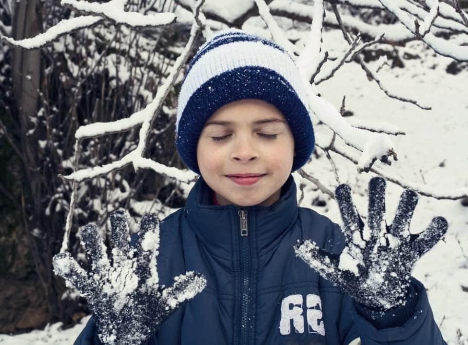 صبي يلعب في الثلج