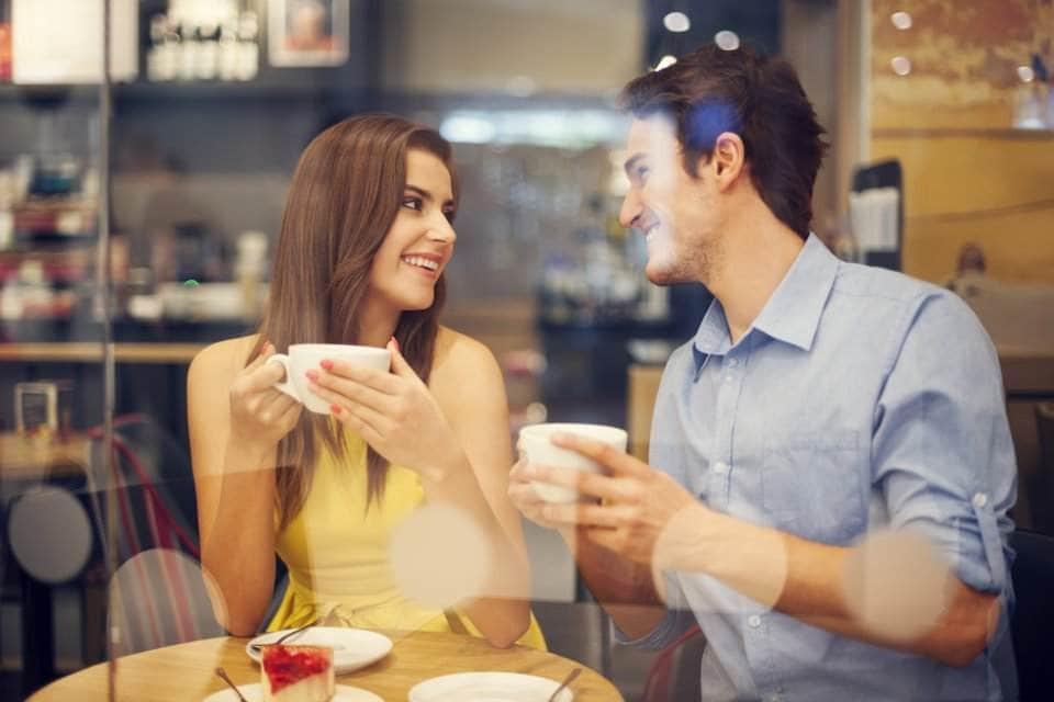 شخصان يجلسان في مقهى