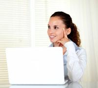 امرأة تجلس امام الحاسوب