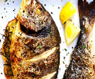 سمك مشوي بالزيت والليمون