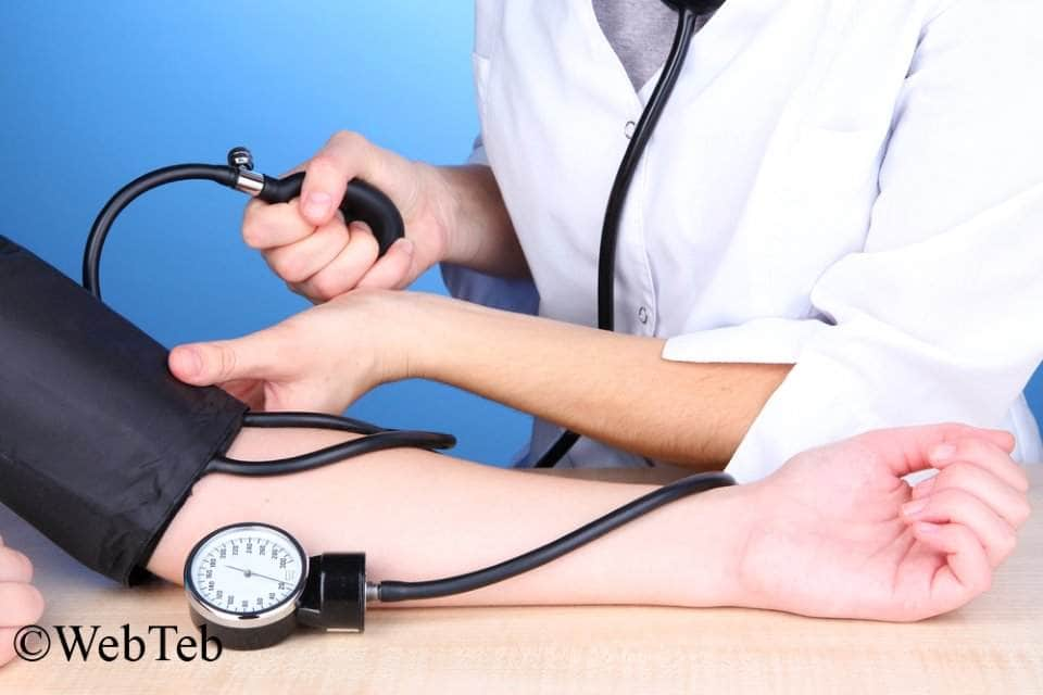 صورة لمريض يقيس الضغط