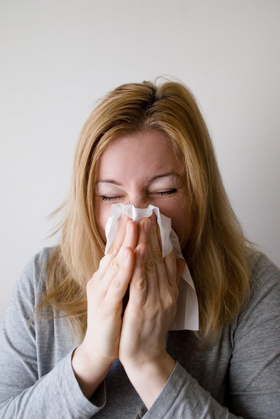إمراة تعاني من أعراض الإنفلونزا