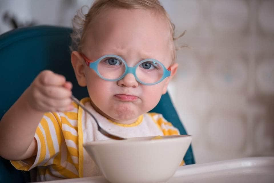 صورة طفل صغير يرتدي النظارات