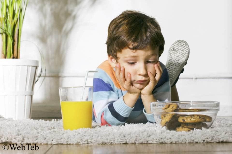 صورة لطفل محتار أي طعام يختار