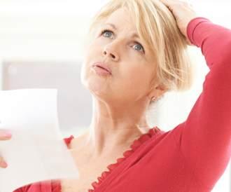 امرأة تحمل ورقة لتقرأ فيها نتيجة تشخيص