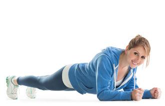 امرأة تؤدي تمرين البلانك