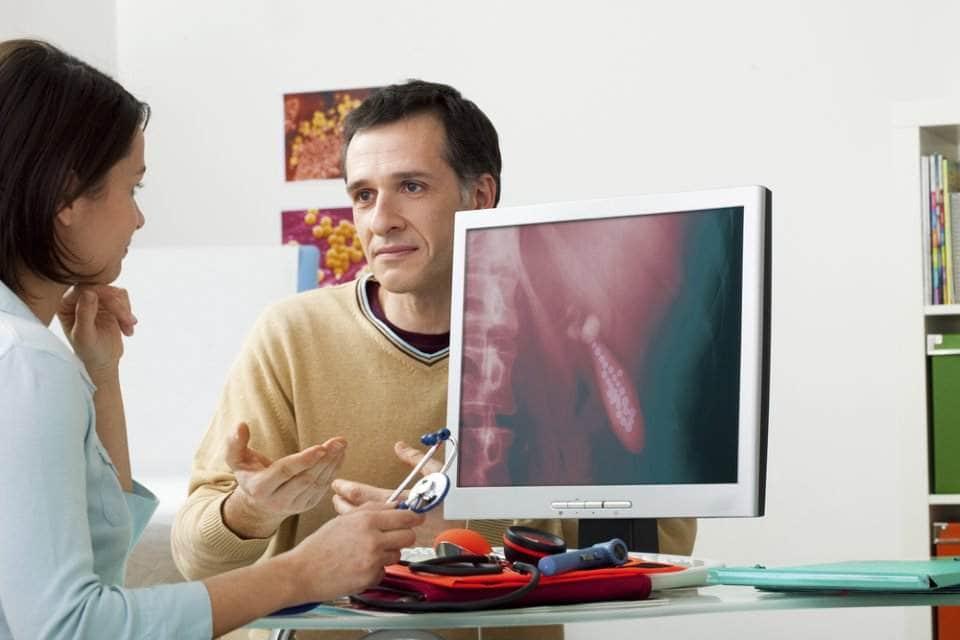صورة لرجل يستشير طبيبه