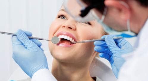 صورة لامرأة في زيادرة طبيب الأسنان