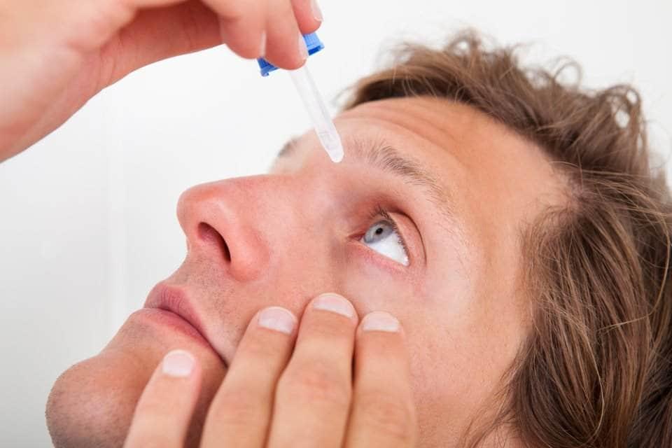 صورة لرجل يضع قطرة في عينه