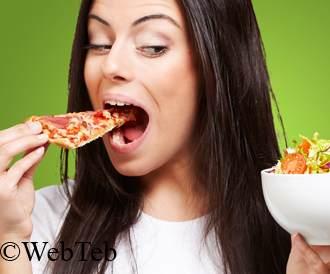 صورة امرأة تأكل الوجبات السريعة