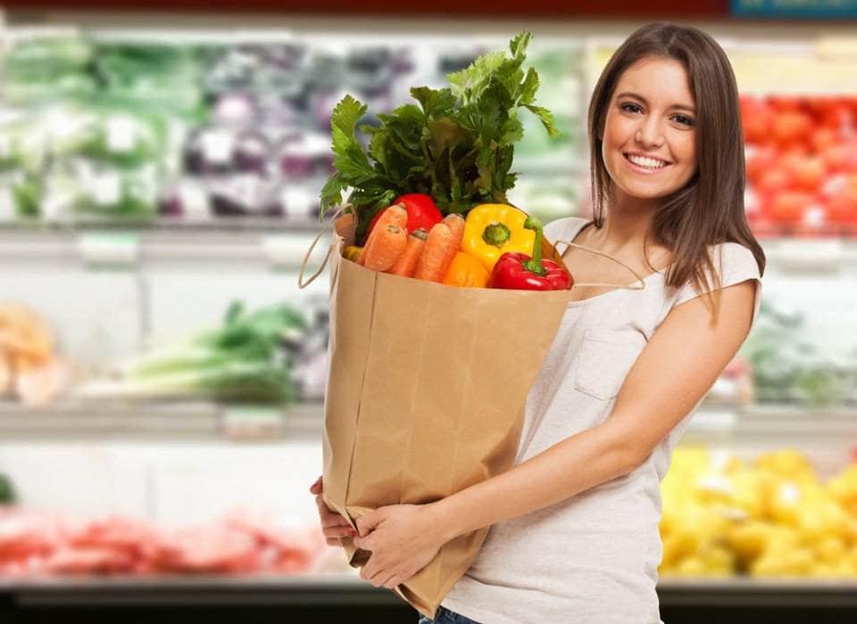 إمرأة تتسوق الطعام وتشعر بالسعادة