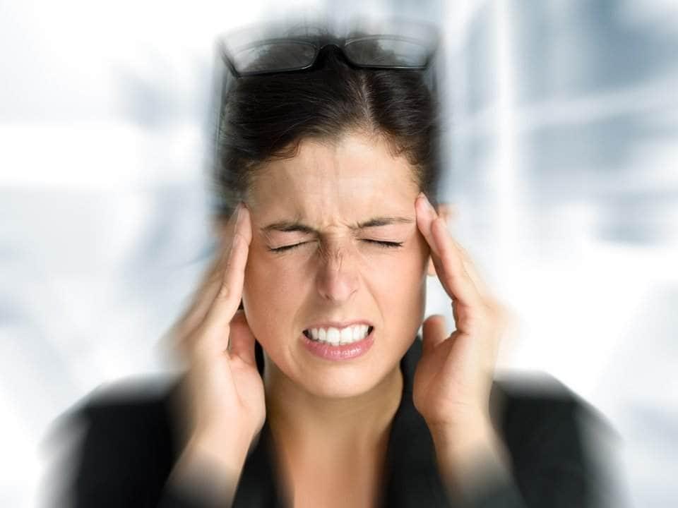 إمراة مصابة بتنميل الرأس