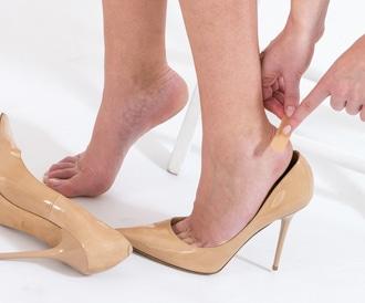 صورة لمحاولة علاج بثور القدم
