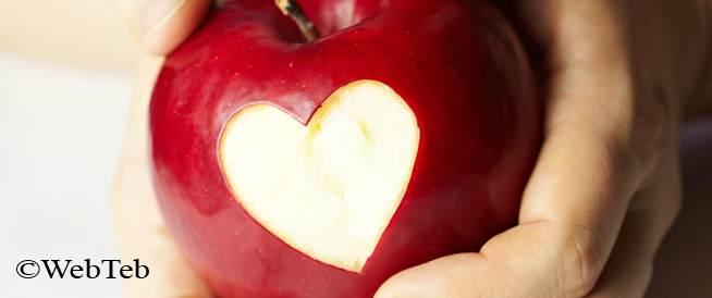 صورة لتفاحة من الاغذية امفيدة في خفض مستوى الكولسترول