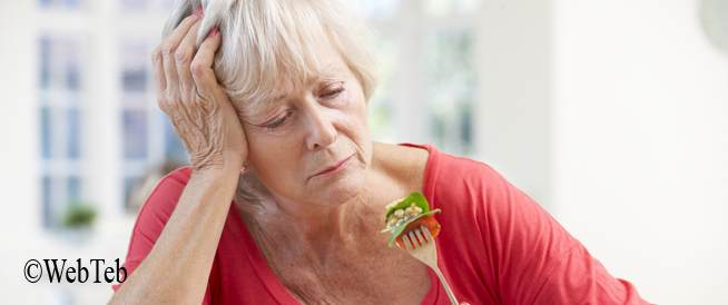 صورة لامراة كبيرة بالسن لا تأكل جيدأ
