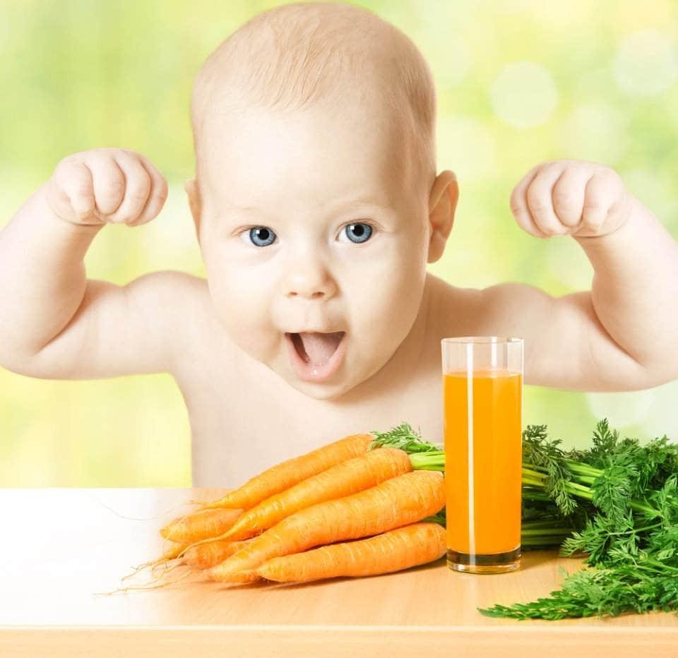 طفل صغير مع عصير جزر