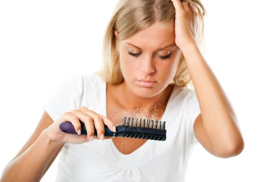 صورة لامراة تعاني من تساقط الشعر