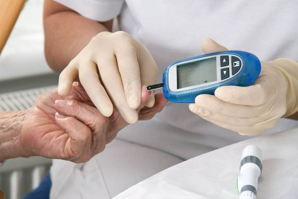 304838b33 ومؤخراً، في نهاية العام الماضي، منحت إدارة الطعام والدواء الامريكية (FDA)  موافقتها لجهاز من صناعة شركة أمريكية يقوم بتحليل جلوكوز الدم عن بعد، أي  بدون وخز ...