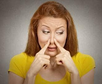 صورة لإمرأة مزعوجة من رائحة الفم الكريهة