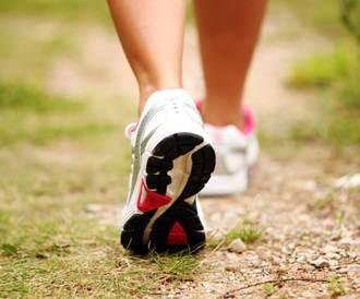 صورة لرجل يرتدي حذاء مخصص للجري
