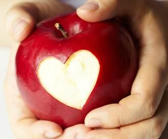 صورة لقلب مرسوم في داخل تفاحة