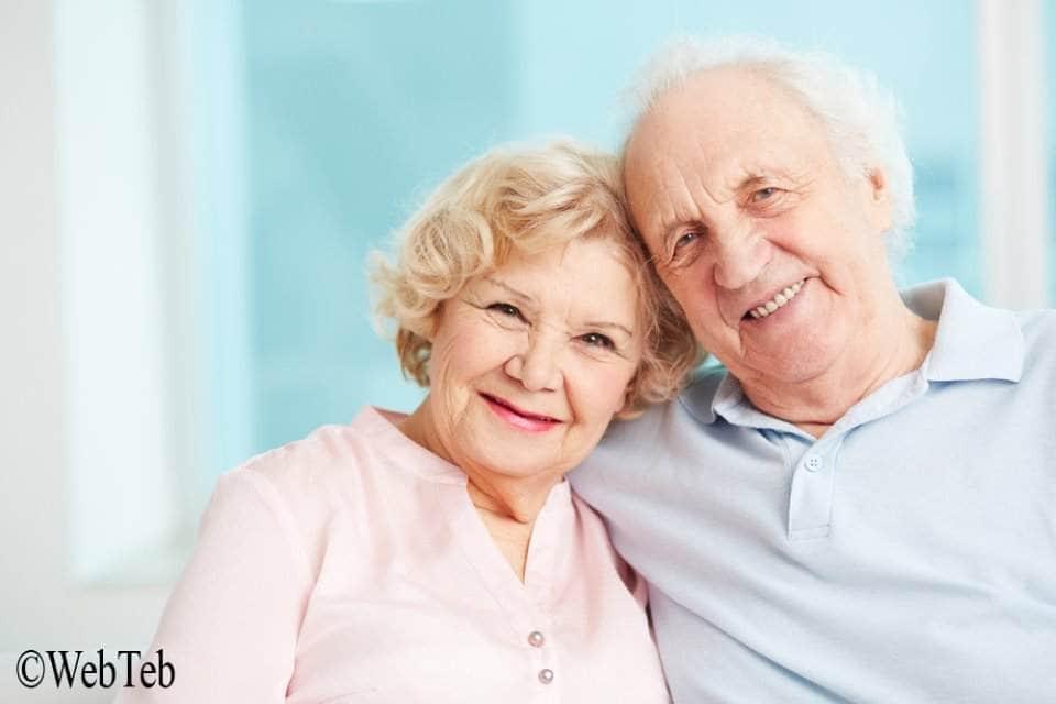 صورة لعجوزين سعيدين