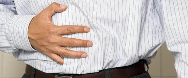 صورة لرجل يعاني من الاسهال ومغص في البطن