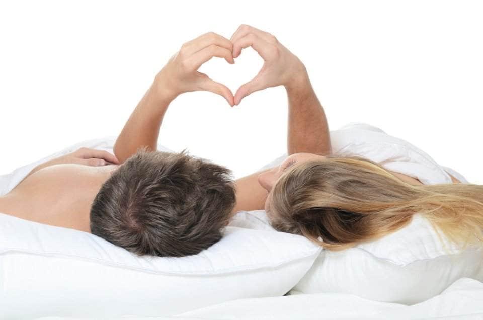 صورة لرجل وامراة في السرير