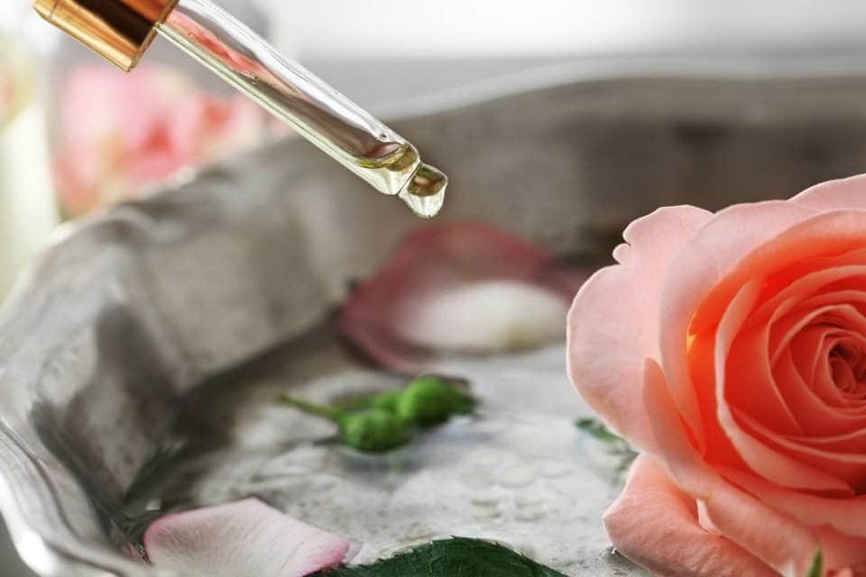 صورة لقطرات من ماء الورد