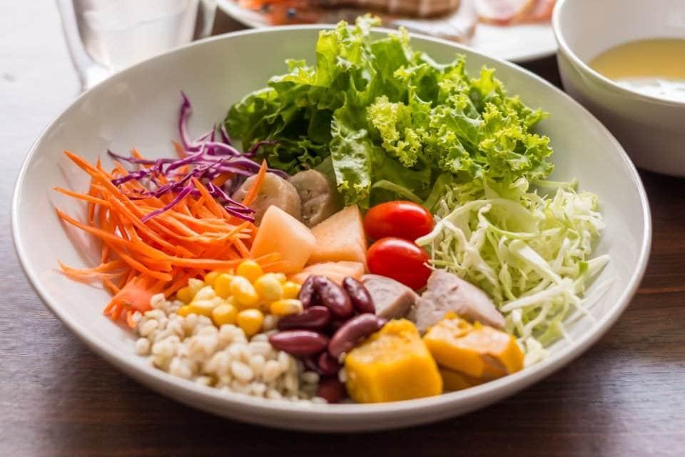صحن من السلطة والخضروات والفواكه بأولوان جذابة لفتح الشهية