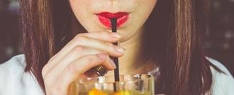 امرأة تشرب بالقشة