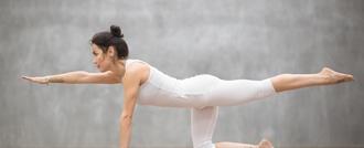 امرأة تقوم بتمرين مقابل الذراع والساق