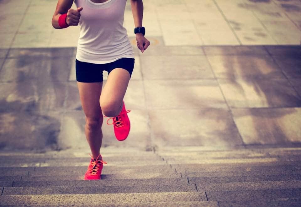 صورة لمرأة تركض